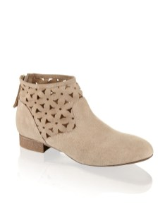 Boots mit Blümchen um 79,95€ http://www.humanic.net/at/Damen/Schuhe/Boots-Stiefeletten/Pat-Calvin-Veloursleder-Boot-taupe-1223601894?related-search=%2FWomensShoes-category%2FBoots-Stiefeletten-producttype&index=6