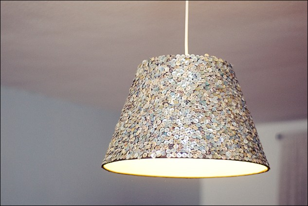 Mit Knöpfen beklebt! http://creativebysteffka.blogspot.co.at/2013/07/diy-lampenschirm-lamp-shade.html
