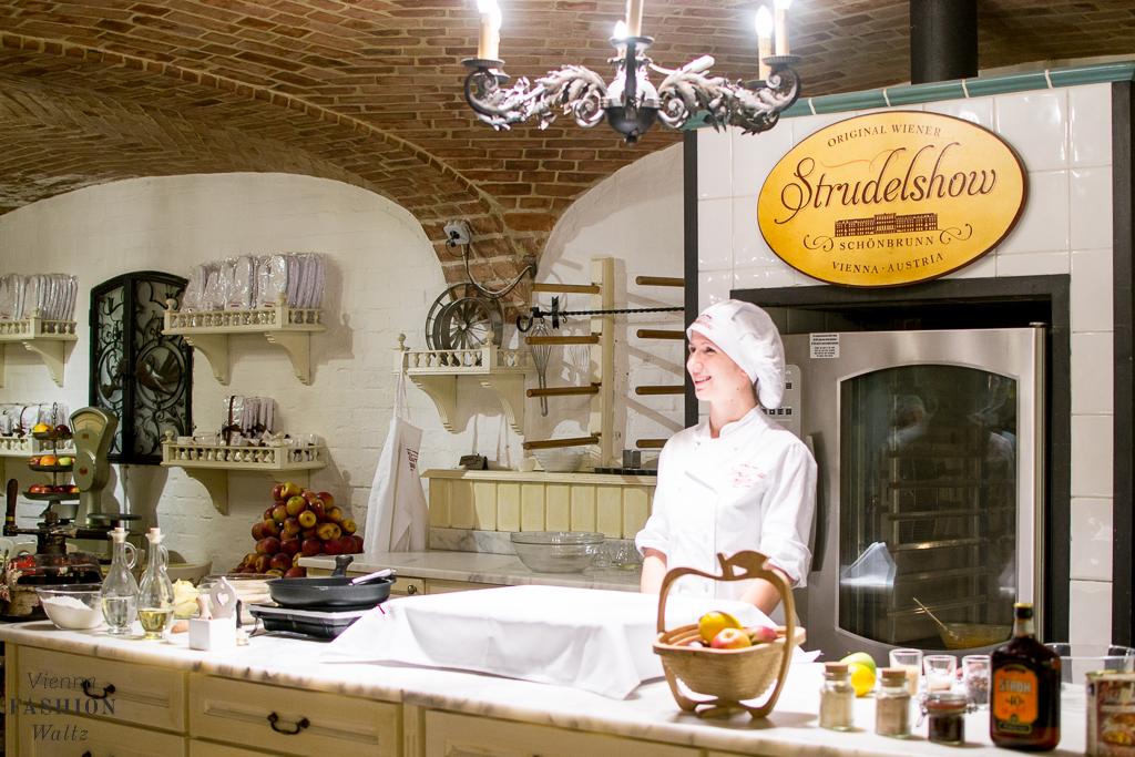 Wiener Apfelstrudel Backkurs + Original Rezept vom Café Residenz in Schönnbrunn-www-viennafashionwaltz-com-original-wiener-apfelstrudel-rezept-backkurs-cafe-landtmann-1-von-35
