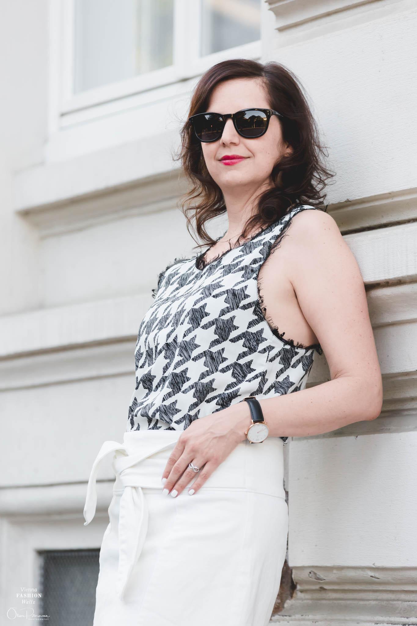 Sonnenbrille schwarz von Marc Jacobs, Jeans Rock mit Schleife, Outfit, Style, Fashion, Sommer, Prints, weißer Jeansrock von Mango, summer white style