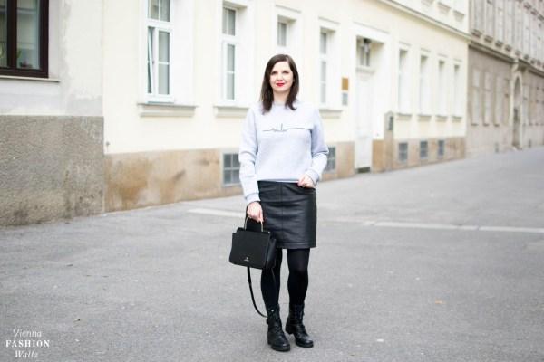 Sweater Marina Hörmanseder_Acne Schal_Statement Boots