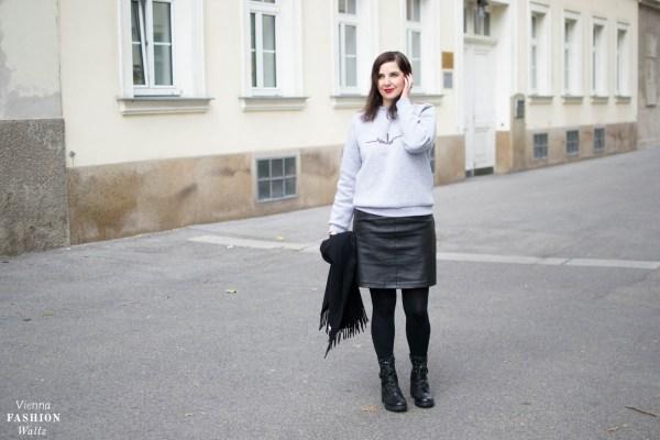 Grauer Logo Sweater für jedes Wetter_Sweater Marina Hörmannseder_Acne Schal_Statement Boots