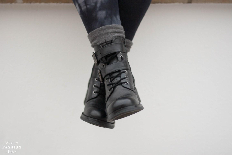 Oversized Cardigan Grunge Look | Trend, streetstyle, outfit, Samtkleid, Biker Boots | www.viennafashionwaltz.com