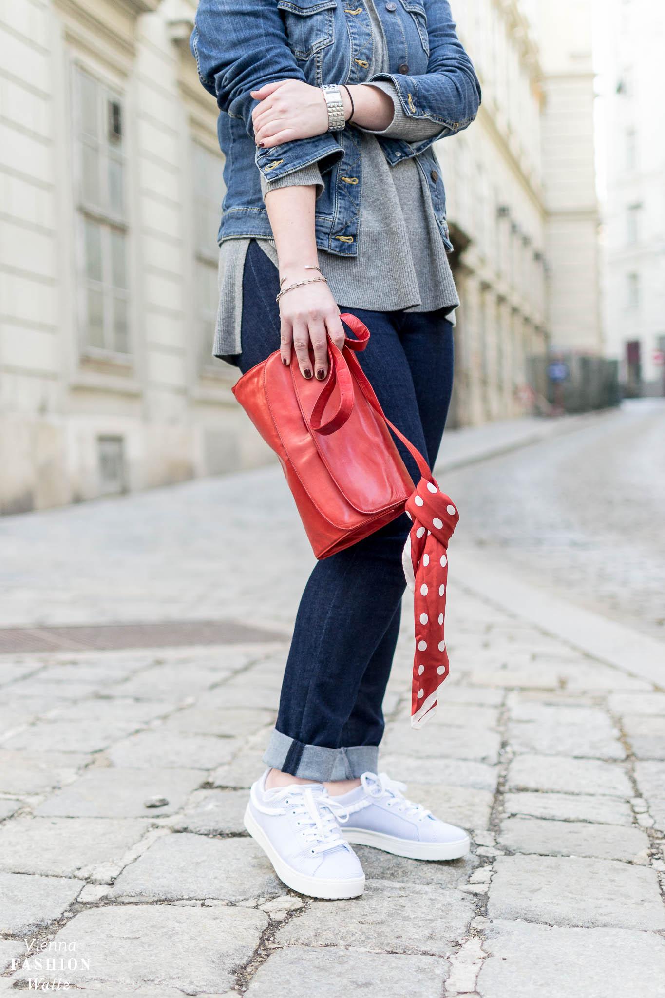 Dark Denim Outfit mit Streifen Sneakers und Kaschmir Pulli   Dark Denim Jeans Streetstyle, Outfit, Denim All Over, Jeansjacke, Statement Sneakers mit Streifen von Deichmann, Vintage Bally Bag, Fashion Trends