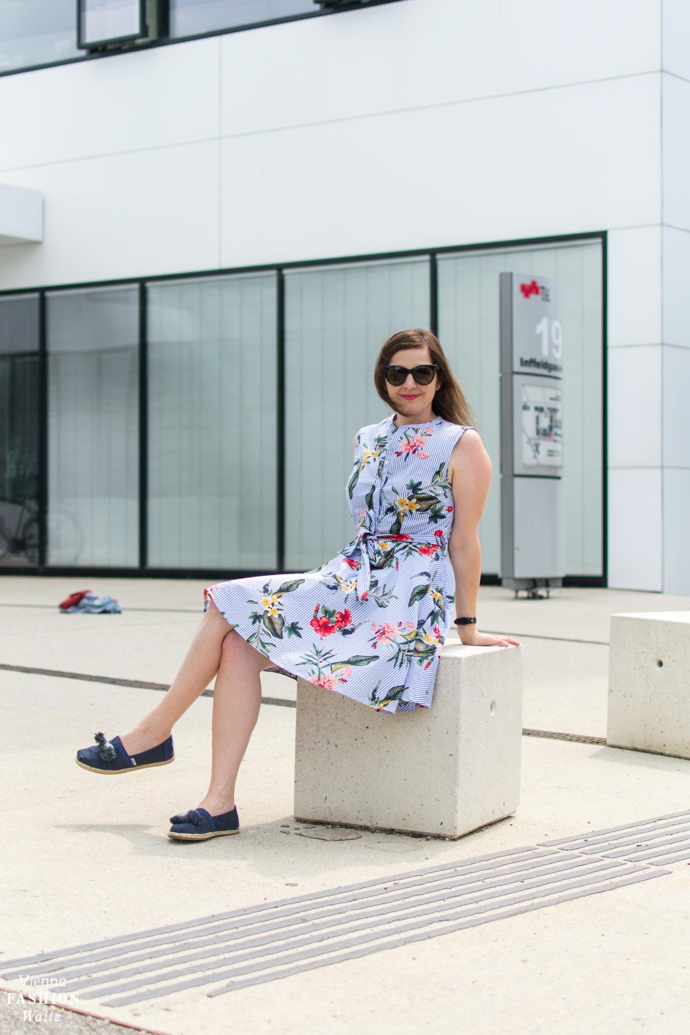 Sommerliches Streifenkleid mit Blumenprint Blog Vienna Fashion Waltz