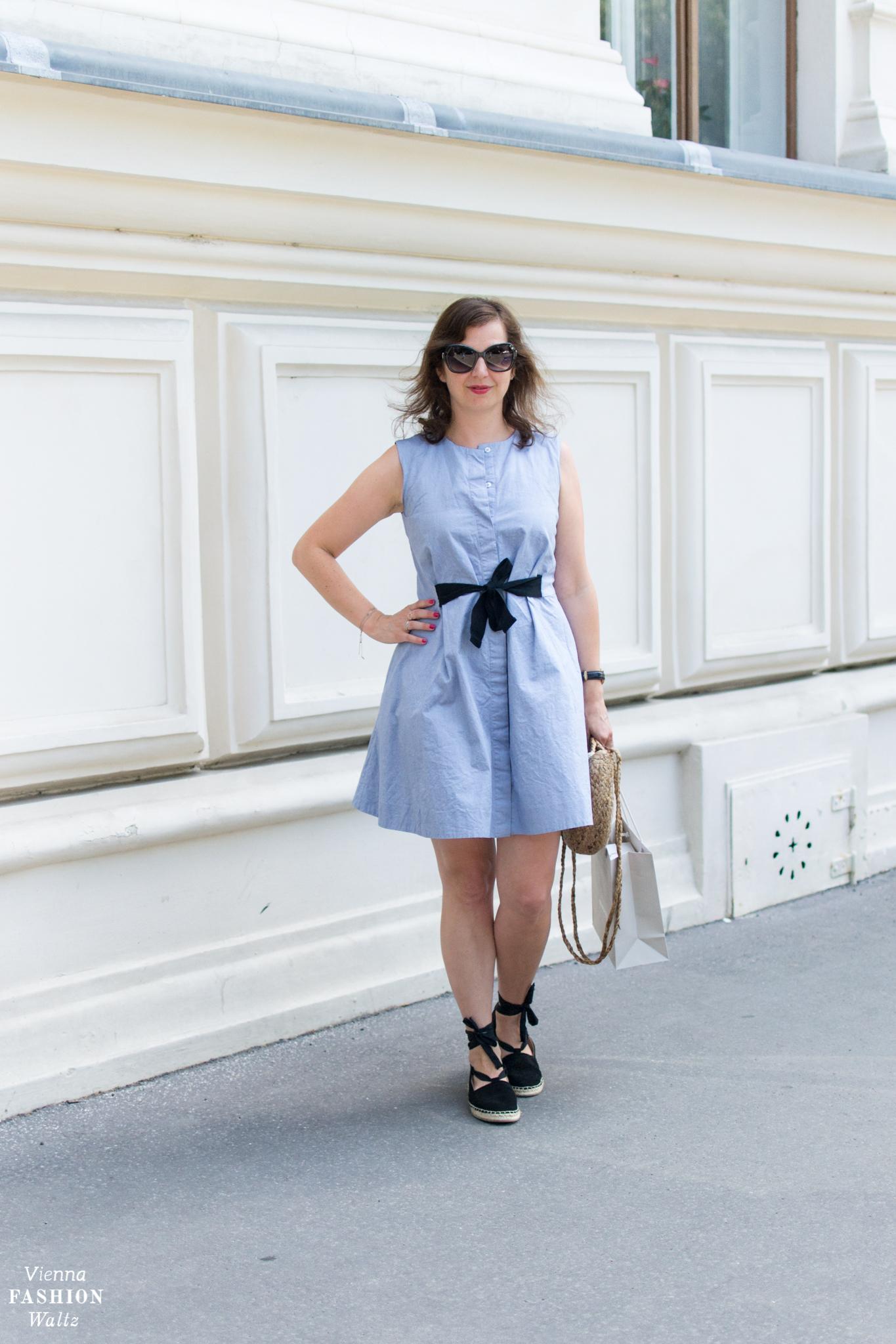 Hellblaues &Other Stories Kleid mit schwarzer Schleife & Swarovski Brille Vienna Fashion Waltz
