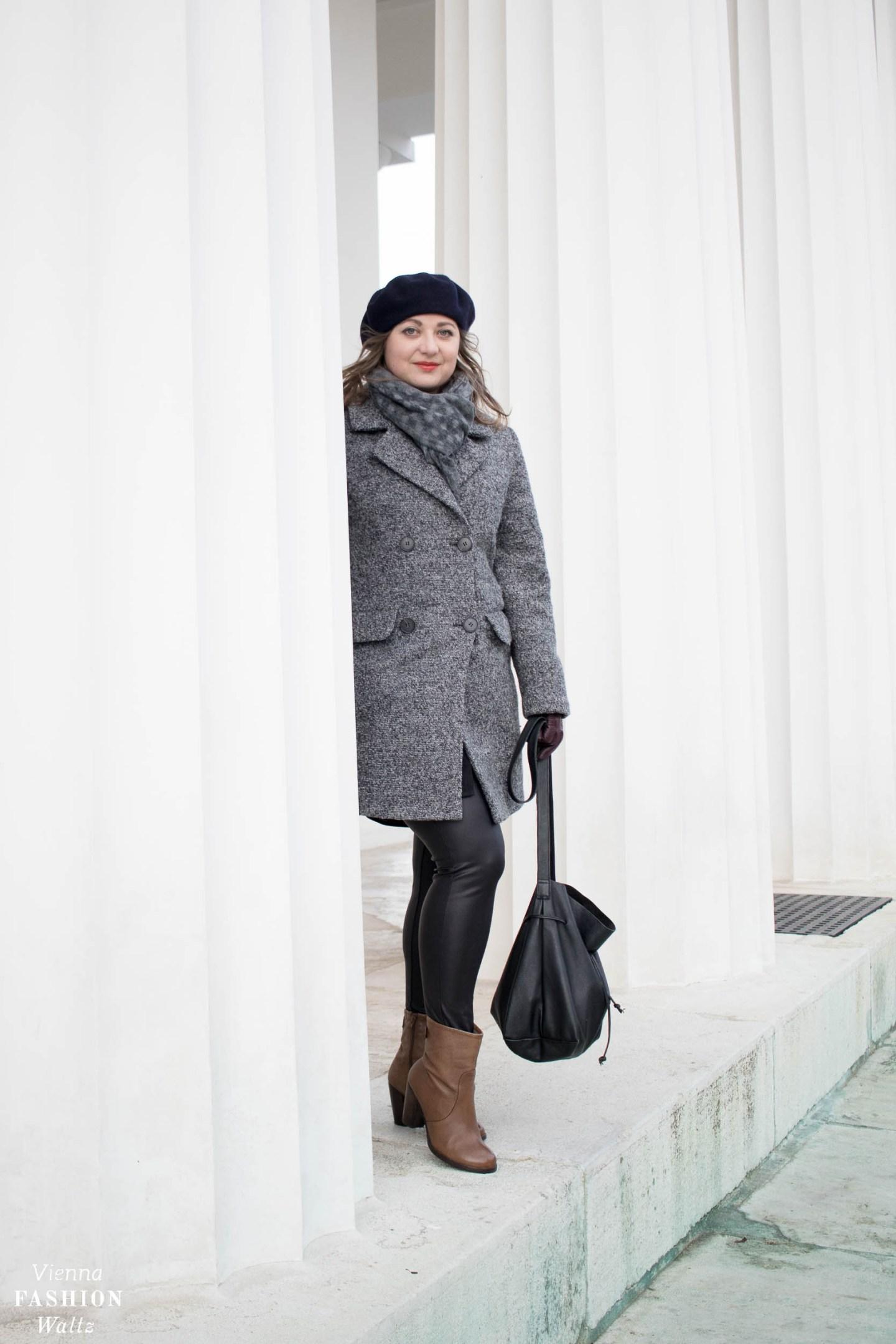 Winteroutfit mit grauem Mantel - Lederleggins, Liebeskind Boots, Tchibo Mantel, Baskenmütze Vintage- www.viennafashionwaltz.com-4 - Kopie