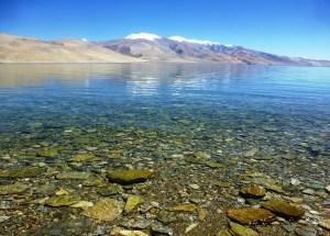 Eau transparente d'un lac de montagne