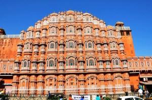 Jaipur façade aux multiples fenêtres