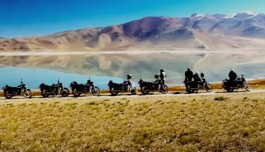 motos devant un lac de montagne au ladakh