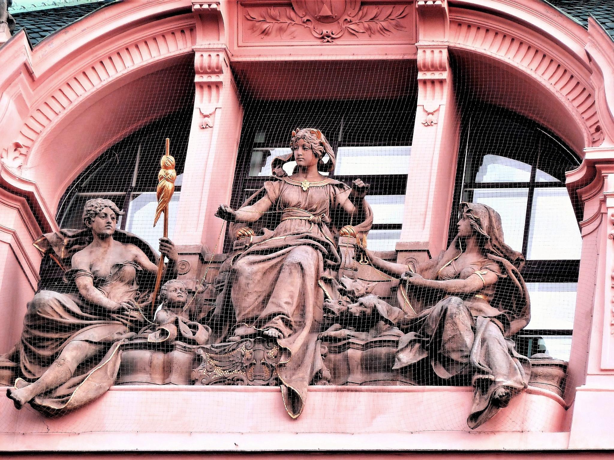 Sculptures sur façades à Prague