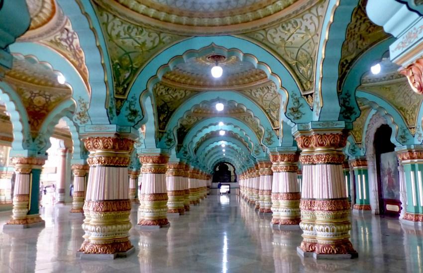 Palais de Mysore avec son plafond décoré et ses piliers peints