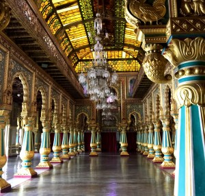 palais avec ses piliers peints
