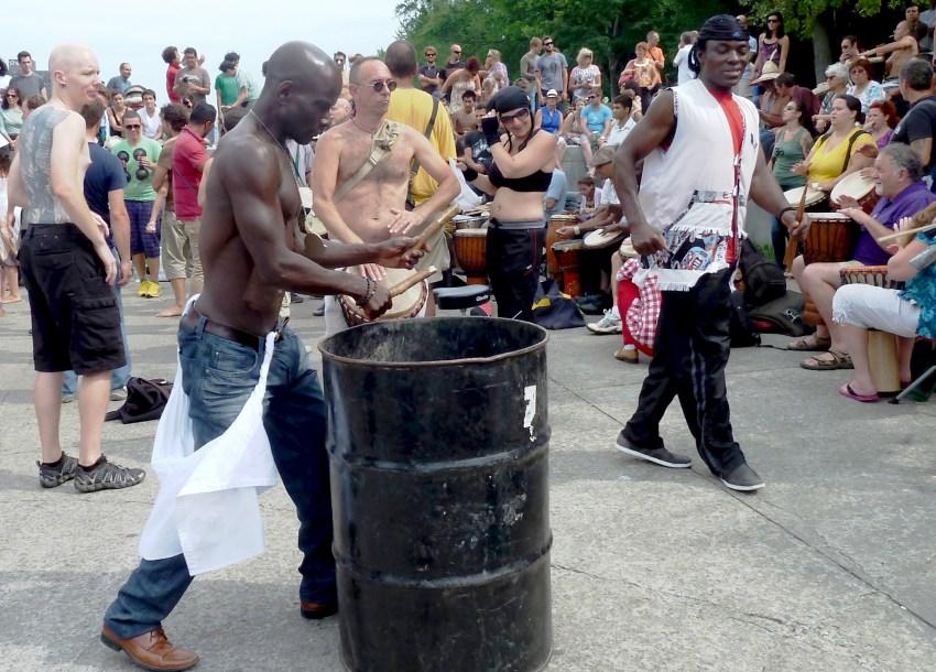 percussionniste avec un bidon