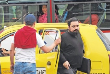 Taxistas agredieron a usuarios de UBER otra vez