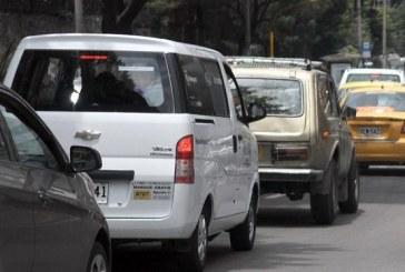 Vehículos de placa blanca protestan en Bogotá por pico y placa