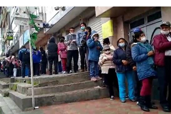Largas filas de adultos mayores en época de coronavirus