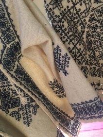 Poncho y suéter de lana boradados a mano en Hueyapan, Puebla.