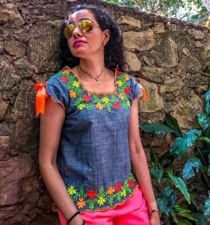 Blusa con bordados yucatecos.