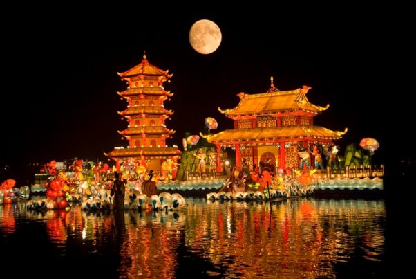 In traditional Chinese culture, the moon on the festival night is believed to be the fullest and brightest of the whole year, so many families often choose this time to stay together.