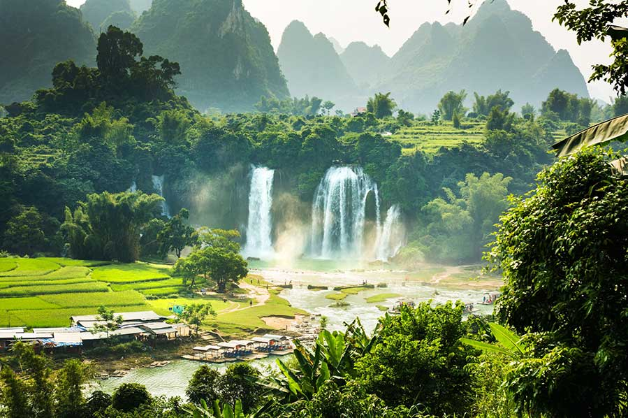 Ban Gioc detian falls with unique natural beauty