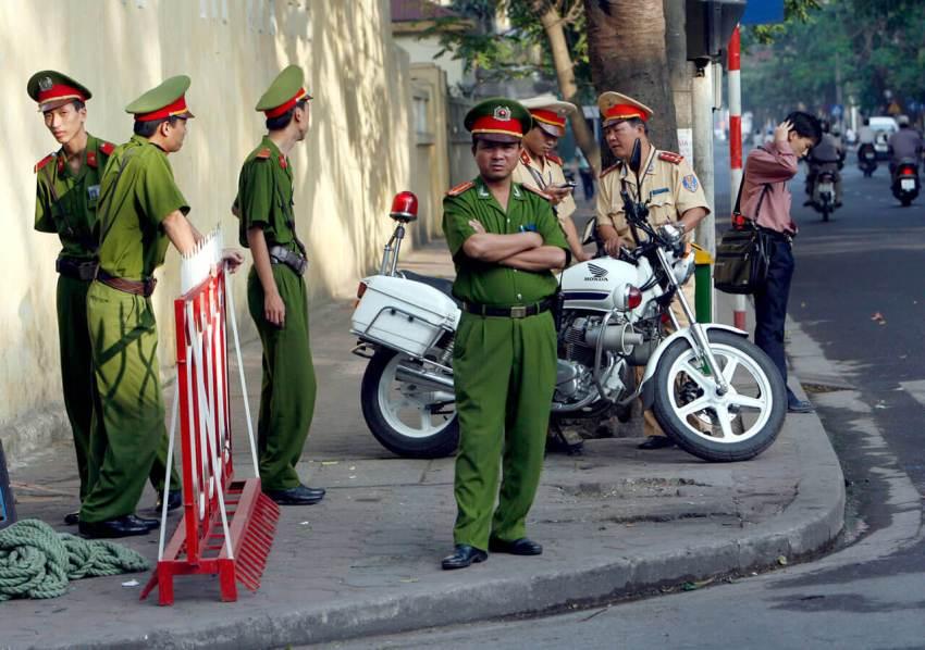 Вьетнамская полиция патрулирует улицы