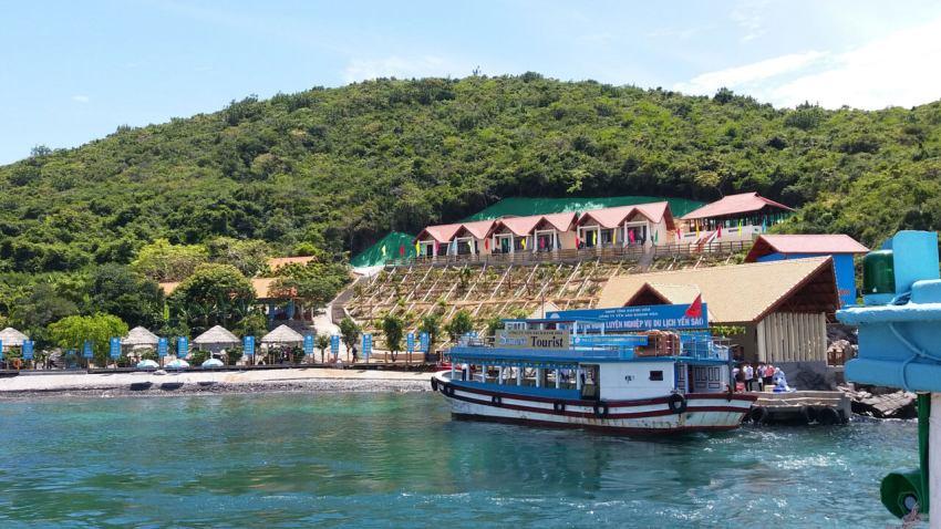 Бухта и корабль на острове Хон Там