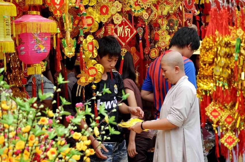 Монах совершает покупки перед Тет