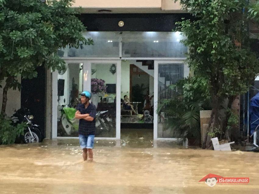 Вьетнамец вышел на улице проверить обстановку