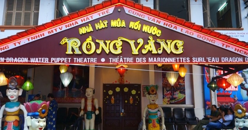 Вход в театр