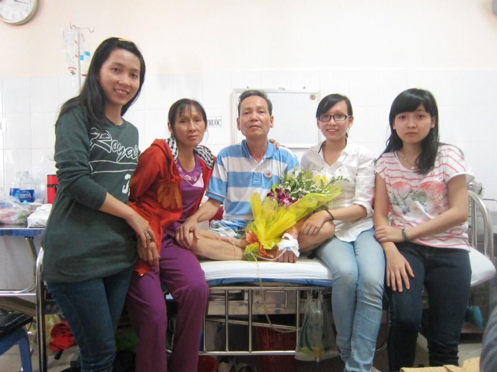 Ảnh gia đình thầy giáo Đinh Đăng Định đoàn tụ bên giường bệnh sau khi có quyết định hoãn thi hành án.