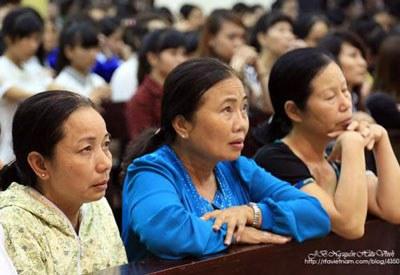 Bà Nguyễn Thị Loan, mẹ của tử tù Hồ Duy Hải tại Thánh lễ Cầu nguyện cho Công lý - Hòa bình hàng tháng tại Thái Hà vào cuối tháng 11. Photo by J.B Nguyễn Hữu Vinh.