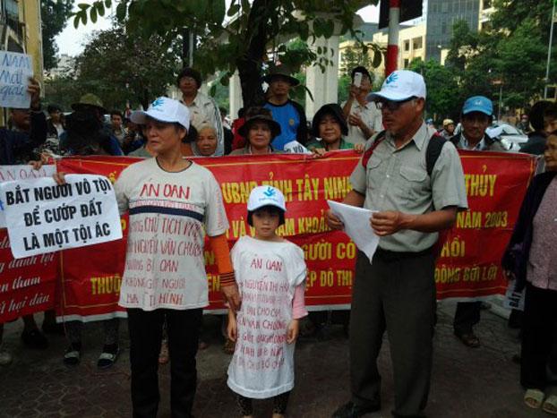 Cháu Nguyễn Thị Thanh Hải con gái của tử tù Nguyễn Văn Chưởng, khi bố bị bắt còn đang nằm trong bụng mẹ, lớn lên đi đi kêu oan cho bố. Courtesy photo