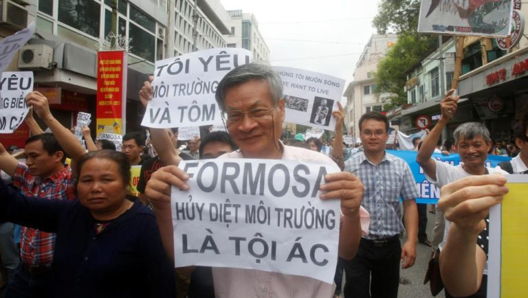 """Tiến sĩ Nguyễn Quang A tham gia một cuộc biểu tình """"Yêu cầu minh bạch thảm họa biển miền Trung"""", năm 2016. Nguồn ảnh REUTERS Kham"""