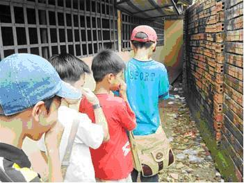 Bờ tường phòng học thành nơi vệ sinh ở một ngôi trường tại Sóc Trăng