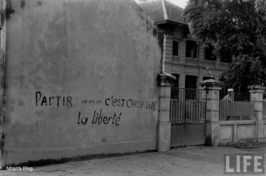 Hàng chữ trên tường: