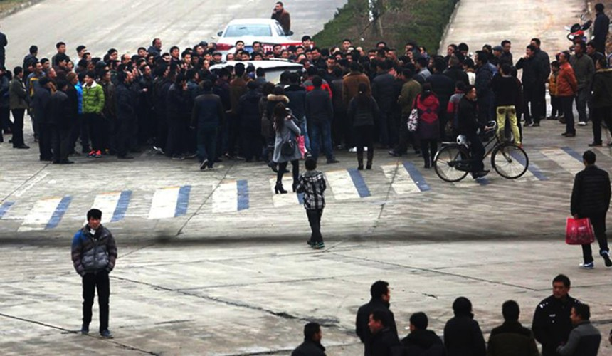 Chinese peasants blocking roads protesting over unpaid wages