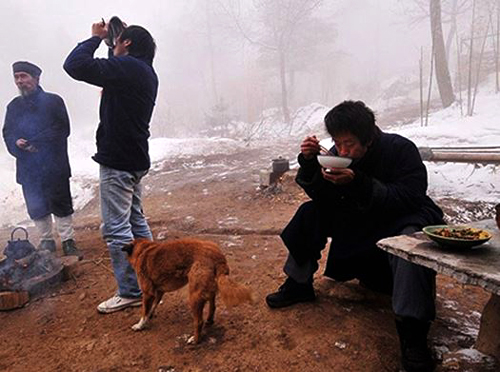 A Daoist, a dog and casual hermits having a dinner party in the snow field