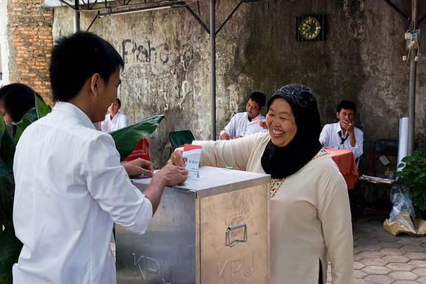A woman casting her vote in 2009 elections in Indonesia. (Photo by isafrancesca, Creative Commons License)