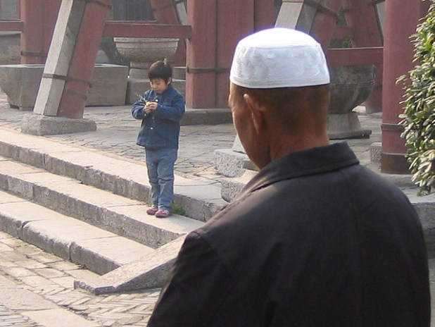 A Chinese Muslims headed  to the Xi'an mosque in Shaanxi province. (Photo by  Pollenoid, Creative Commons License)