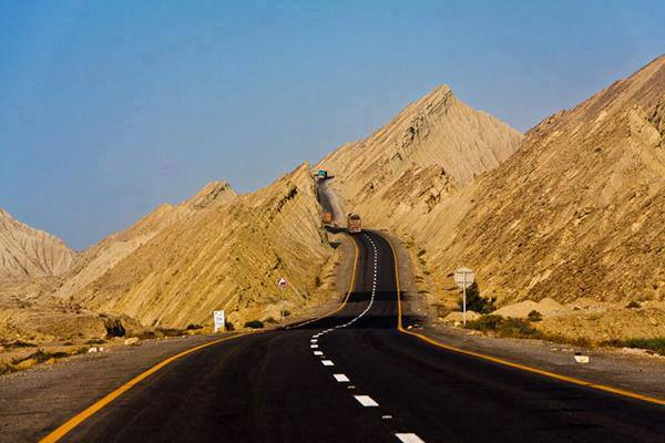 A view of Makran coastal Highway Near Buzi Pass Balochistan, Pakistan.  (Photo by junaidrao, Creative Commons License)