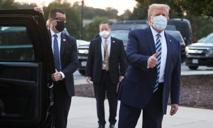 Trump deja hospital tras ingreso por Covid