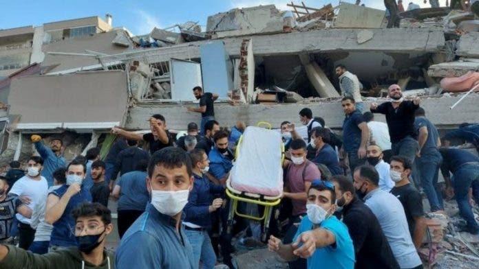 Al menos 6 muertos y más de 200 heridos en fuerte terremoto en Grecia y Turquía