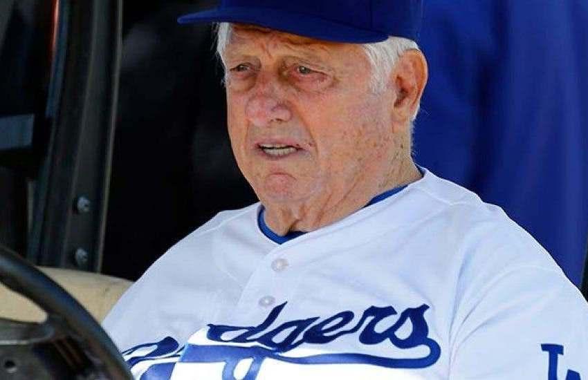Tommy Lasorda fue hospitalizado en California
