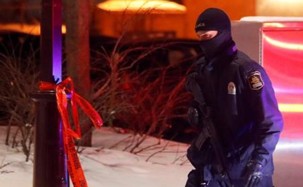 Un hombre con atuendo medieval mata a 2 personas en Halloween en Quebec