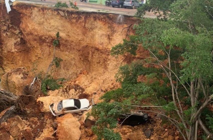 Derrumbe en Gascue; dos vehículos caen a precipicio