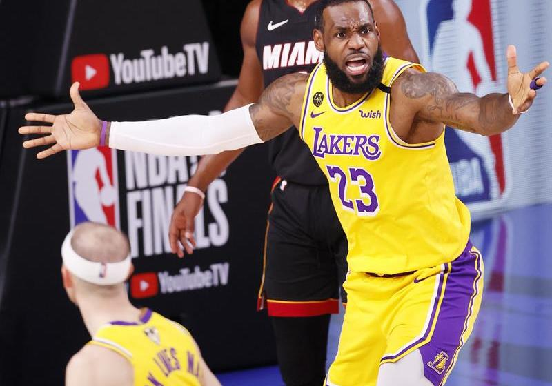 James admite que dos años más con Lakers le dan opción de jugar con su hijo