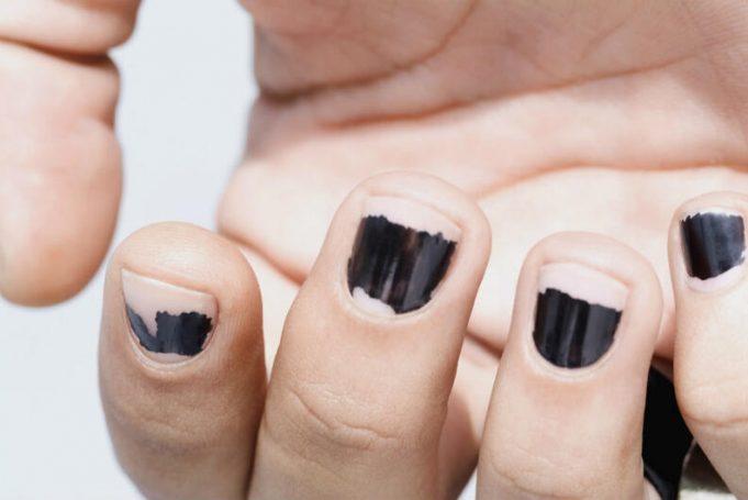 Joven suspendido de clase por tener uñas pintadas recibe enorme apoyo en EEUU