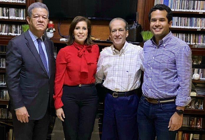 Leonel Fernández visita a Reinaldo Pared Pérez en su residencia
