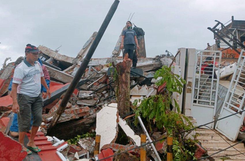 Suben a 34 los muertos por un potente sismo en Indonesia